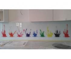 Sticla colorata sau printata in bucatarie