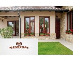 Case din lemn, ferestre termopan, usi